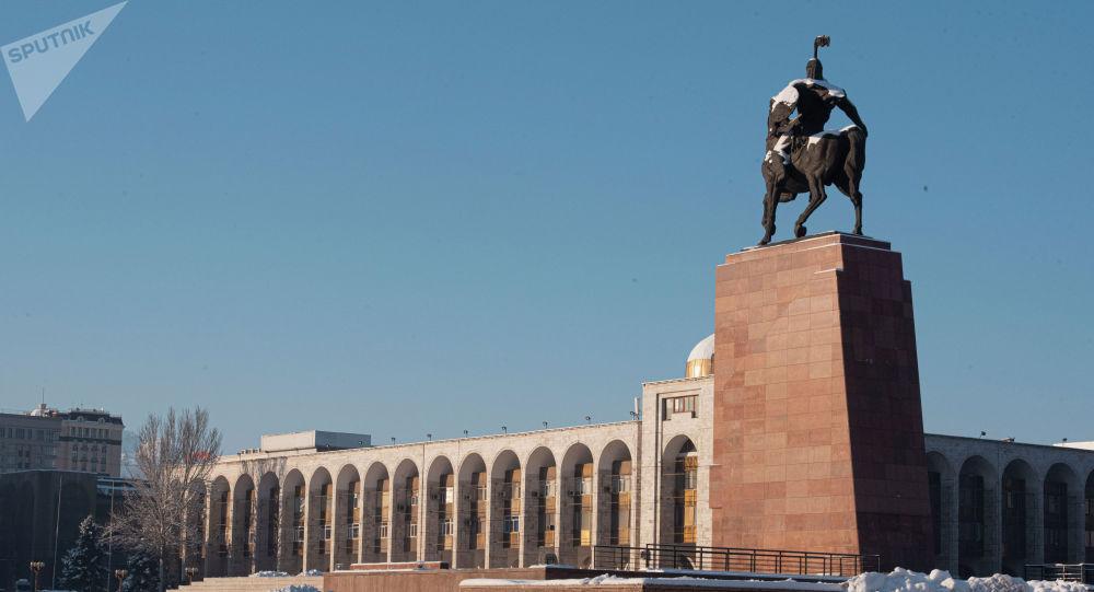 Памятник Манасу на площади Ала-Тоо в Бишкеке. Архивное фото
