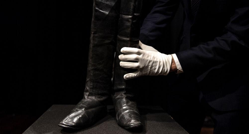 Эксперт держит пару напольных ботинок Наполеона I в аукционном доме Drouot в Париже. 8 ноября 2019 года