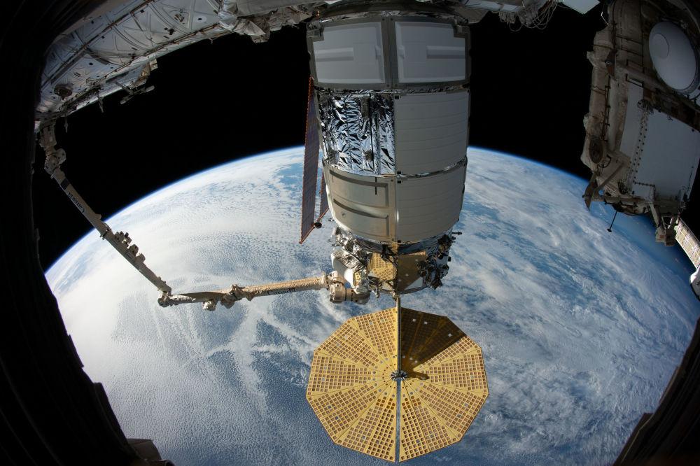 Стыковка американского грузового корабля Cygnus с Международной космической станцией при помощи механического манипулятора Canadаrm2