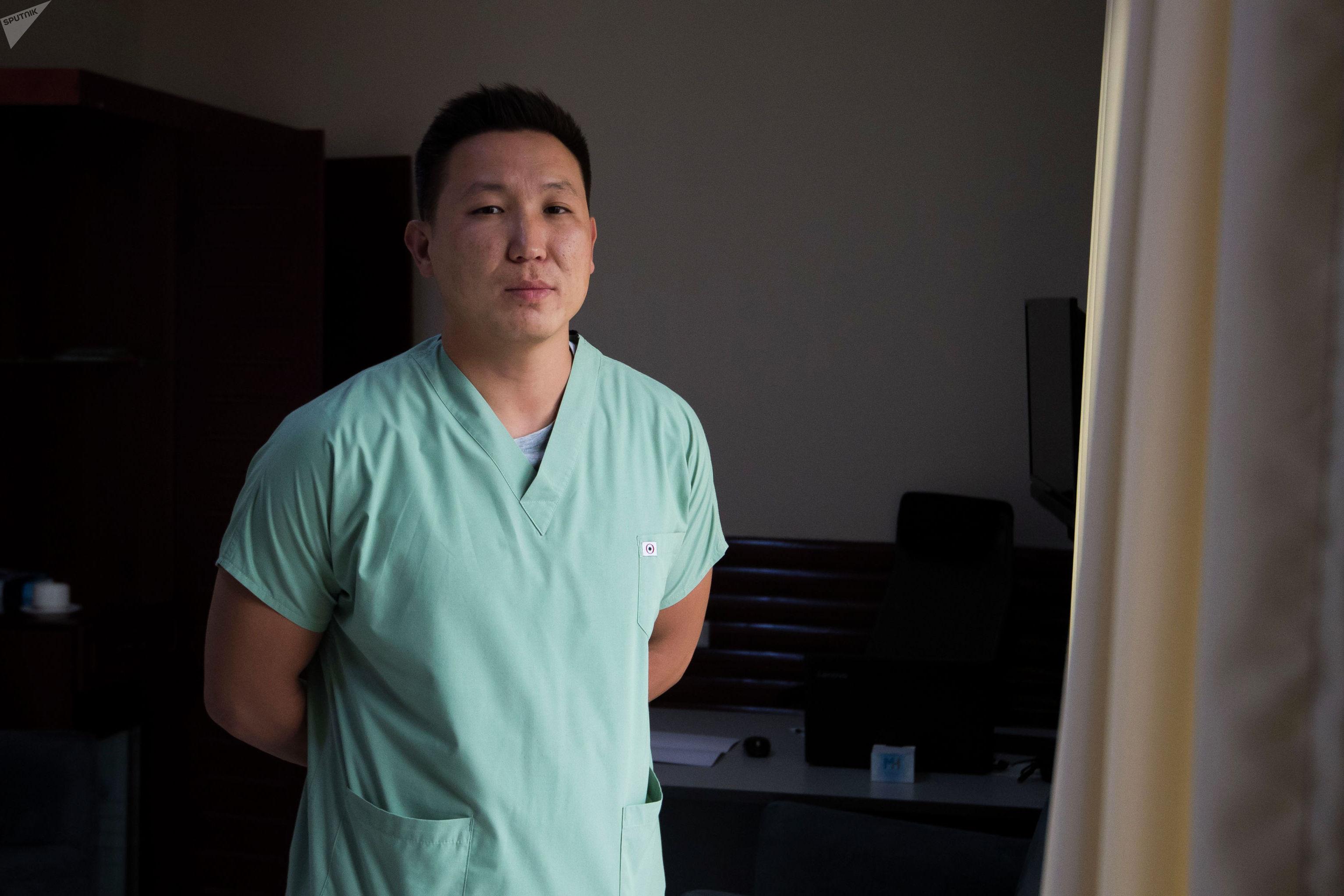 Рентгенохирург Руслан Шаршебаев в своем кабинете
