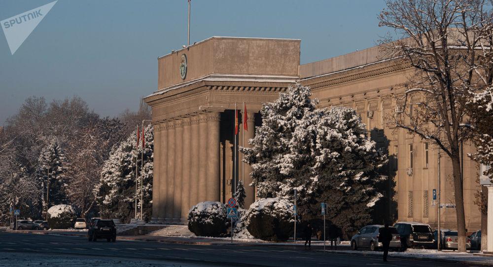 Бишкек шаарынын өкмөт имараты. Архивдик сүрөт