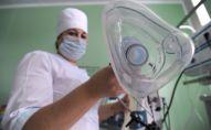 Медицинская сестра держит кислородную маску. Архивное фото