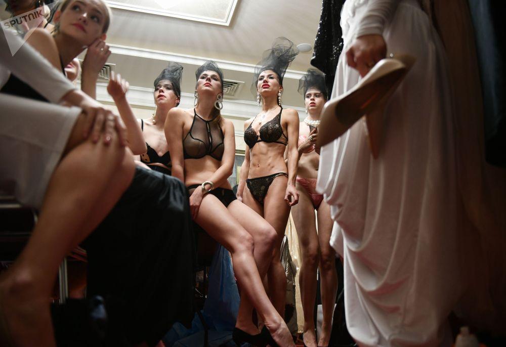 Модели перед показом одежды на Крымской неделе моды в Ялте