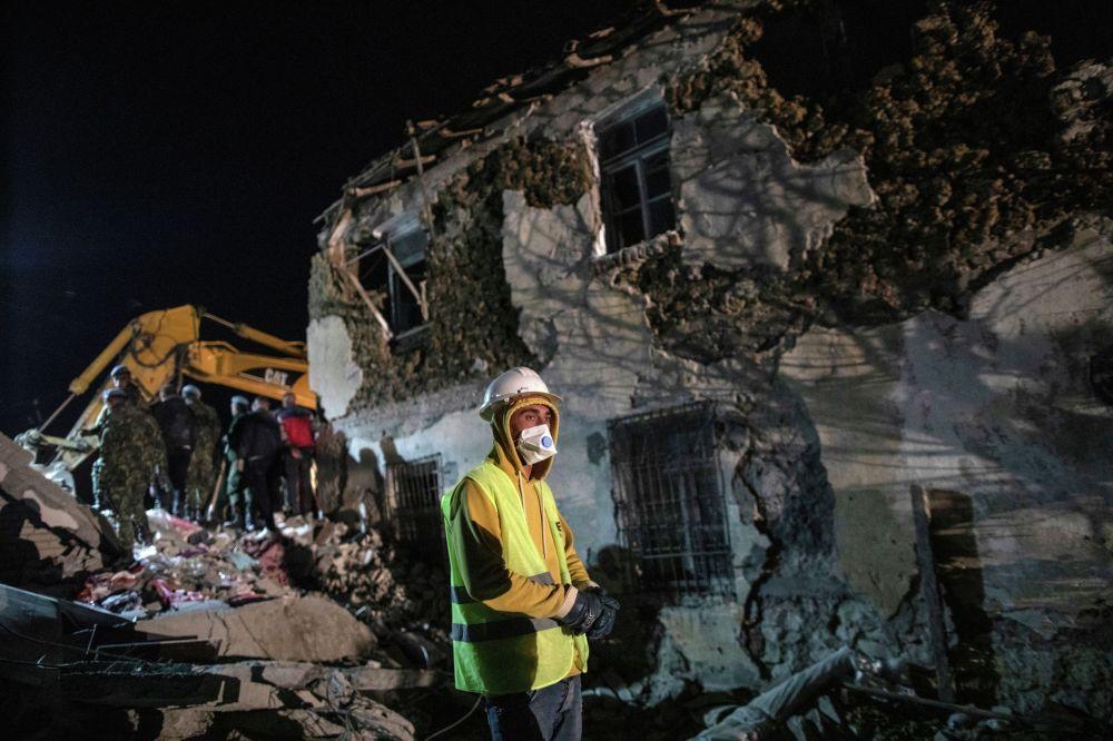 В ночь на вторник в Албании произошло землетрясение магнитудой 6,4. Согласно данным местных СМИ, сильнее всего подземные толчки ощущались в городе Тиран. Стихия унесла жизни 50 человек, число пострадавших составило свыше 900.