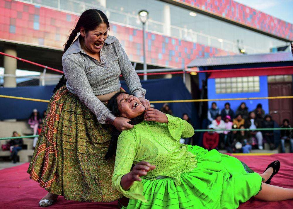 Участницы боливийских женских боев (чолита-рестлинг) в Эль-Альто