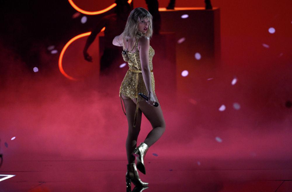 Певица Тейлор Свифт выступает на вручении ежегодной музыкальной премии American Music Awards в Лос-Анджелесе (США)