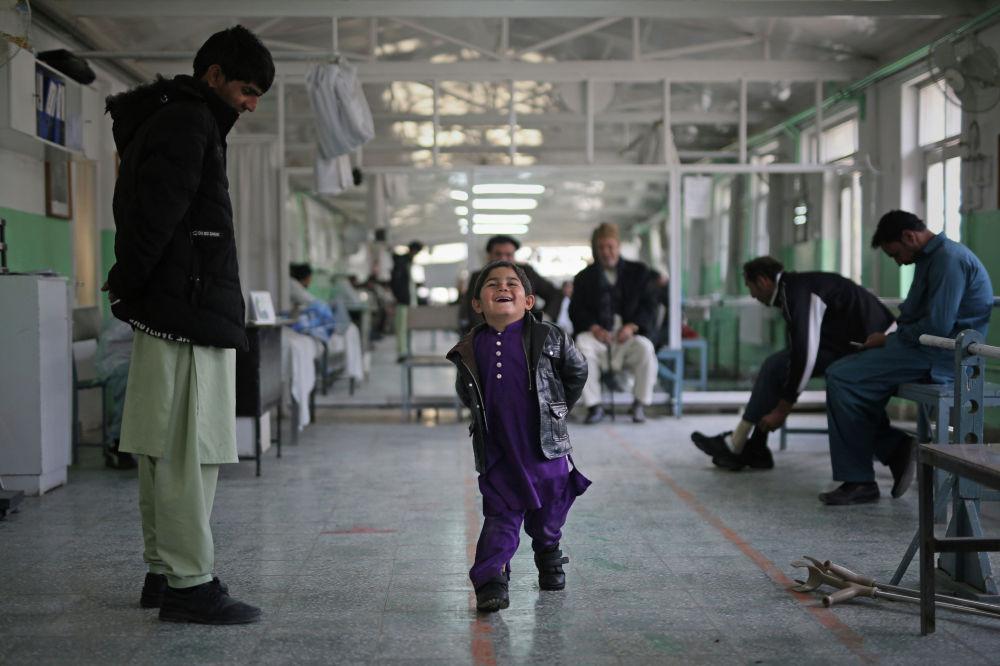 Шестилетняя девочка, страдающая косолапостью, радуется своим первым шагам без посторонней помощи в центре физической реабилитации Международного комитета Красного Креста в Афганистане