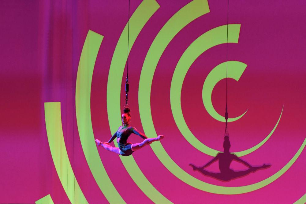 Акробатка выступает перед церемонией жеребьевки группового этапа Евро–2020 в Бухаресте (Румыния)