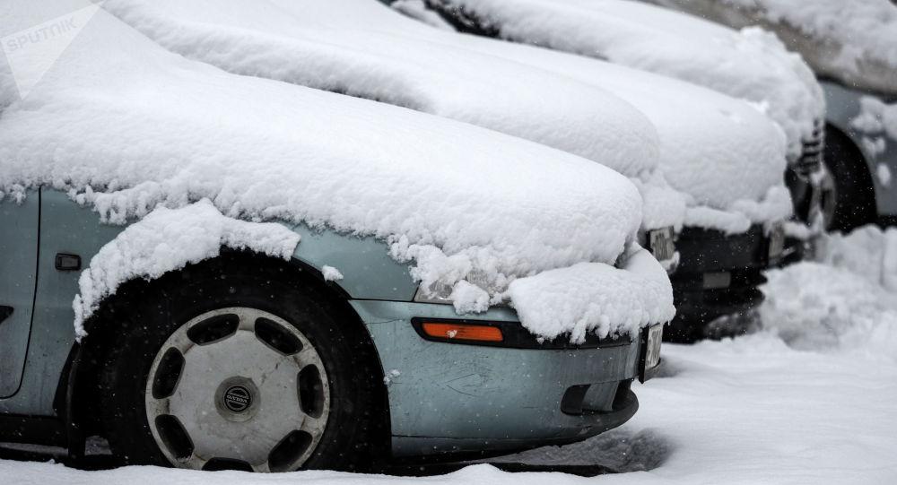 Снег на припаркованных автомобилях. Архивное фото