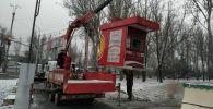 Сотрудники мэрии Бишкека во время сноса незаконных объектов в Бишкеке