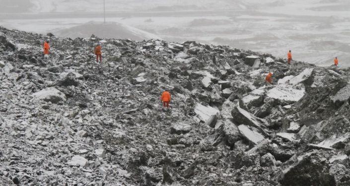 Сотрудники МЧС во время поисков двух пропавших сотрудников Кумтор Голд Компани