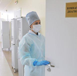 Лаборант иммунологического отдела Центра по профилактике и борьбе со СПИДом в городе Тамбове заходит в комнату для ИФА-диагностики ВИЧ.