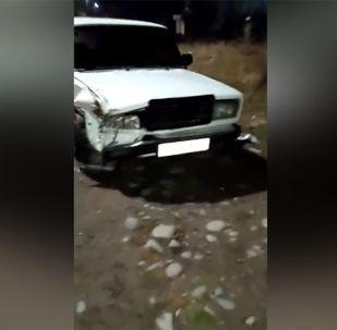 Россиянын номери тагылып, терезелери караңгылатылган Жигули каршы тилкеге чыга калып Toyota Camry үлгүсүндөгү унаа менен кагышкан.