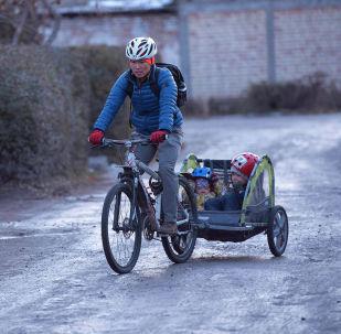 Бишкектик Нуршат Абабакиров эмне себептен автоунаа айдаганды таштап велосипедге өткөнүн айтып берди. Ал борборду эки жаш баласы менен кыдырат. Үч киши отурганга ыңгайлуу болсун деп велосипеддин рамасына чиркегич тагып алган.