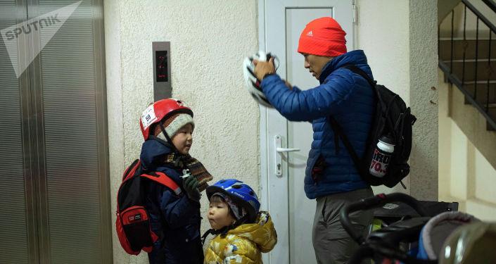 Бишкекчанин Нуршат Абакиров отказался от автомобиля, купил люльку и катает детей на велосипеде