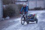 Бишкекчанин Нуршат Абакиров рассказал, почему пересел из автомобиля на велосипед. Мужчина ездит по столице с двумя детьми. Для комфортного передвижения втроем он купил специальный прицеп, который крепится к раме велосипеда.