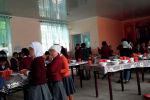 Жалал-Абад облусунун Сузак районундагы М.Юсупов атындагы мектепте окуучулар ашканада туруп тамак ичүүдө.