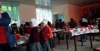 В школе имени М. Юсупова в Сузакском районе Джалал-Абадской области дети едят в столовой стоя