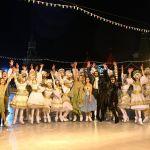 Фигуристтер Татьяна Навка, Алина Загитова жана Петр Чернышев (солдон оңго борборунда) ГУМ муз аянтчанын ачылышынан кийин
