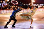Фигуристы Татьяна Навка и Петр Чернышев выступают на открытии ГУМ-катка на Красной площади
