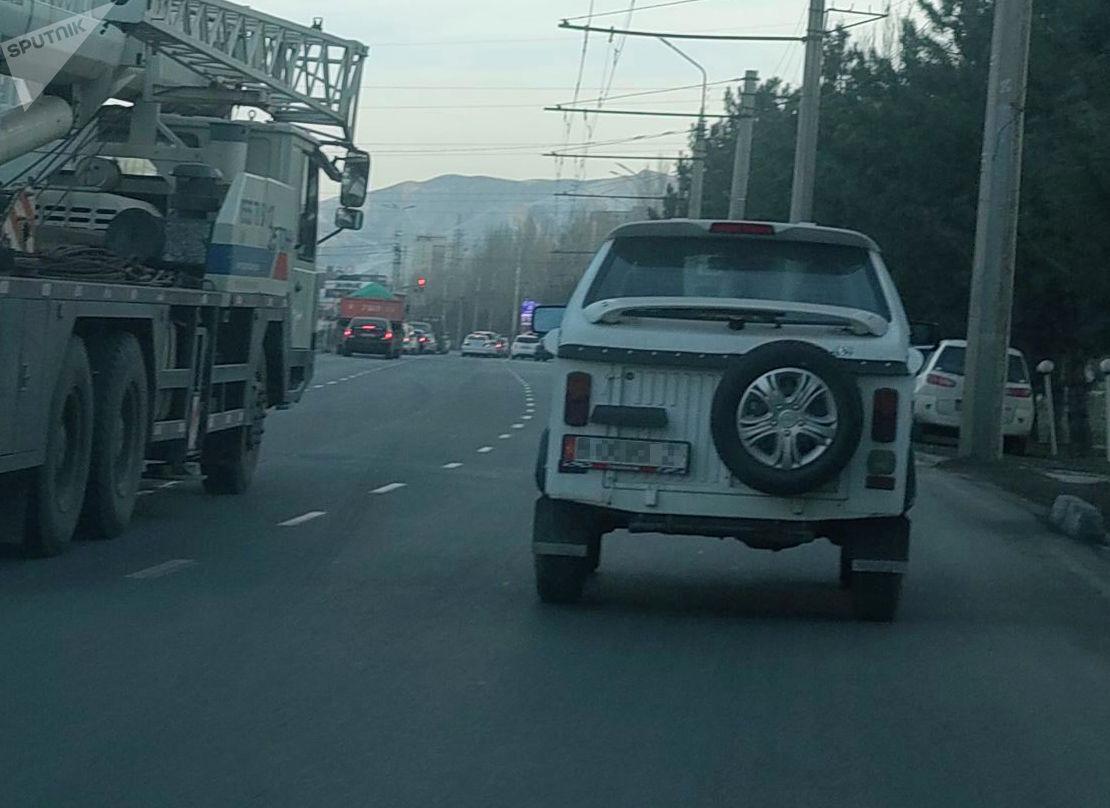 Автомобиль ЛУАЗ 969 М едет по одной из улиц Бишкека