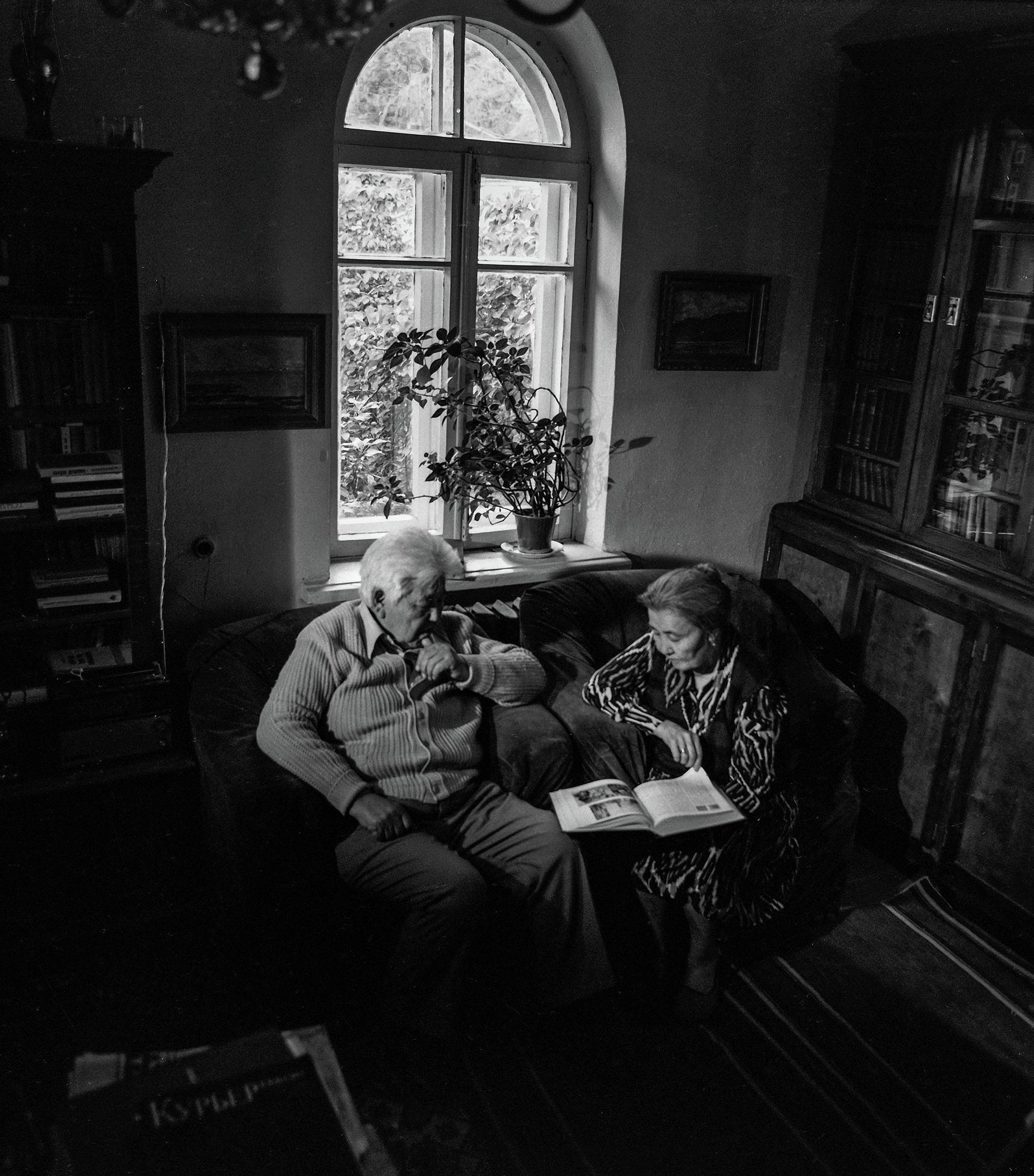 Залкар жазуучу Түгөлбай Сыдыкбеков менен жубайы Асылгүл Мырзабаеванын сүрөтү 1983-жылы Фрунзе шаарында тартылган