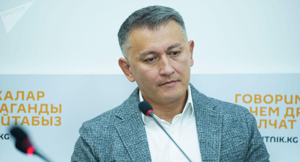 Депутат Жогорку Кенеша Исхак Пирматов во время круглого стола в мультимедийном пресс-центре Sputnik Кыргызстан