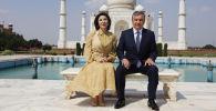 Президент Узбекистана Шавкат Мирзиёев фотографируется со своей женой Зироатхон Хошимовой. Архивное фото