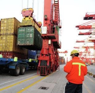 Загрузка контейнеров в Китае. Архивное фото