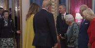 Пользователей соцсетей рассмешило видео, в котором дочь Елизаветы II — принцесса Анна, сделала жест, будто не хочет здороваться с главой США Дональдом Трампом во время приема.