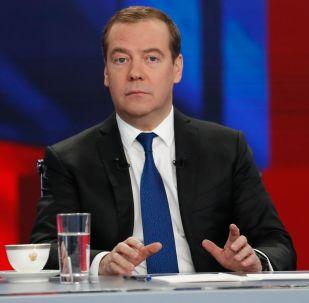 Председатель правительства РФ Дмитрий Медведев во время интервью российским телеканалам.