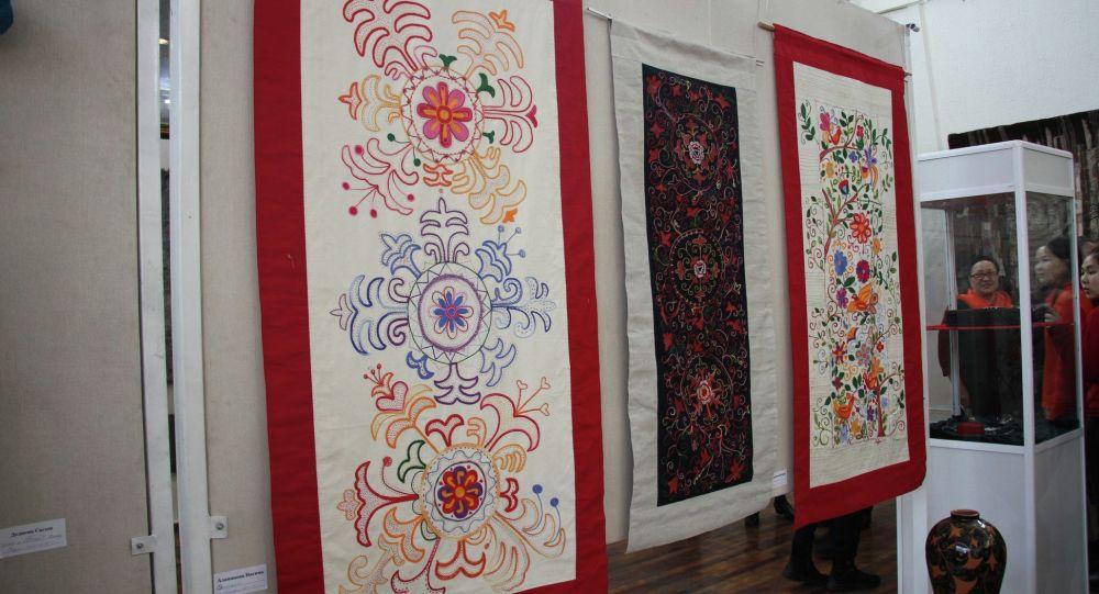 В Кыргызском национальном музее изобразительных искусств имени Гапара Айтиева состоялось вручение наград имени Жумабая Уметова