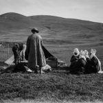 Судя по одежде женщин, эти снимки сделаны в северной части страны. Именно такие элечеки — белоснежные головные уборы, закрывающие подбородок, — предпочитали кочевницы в этих местах.