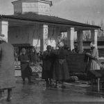 Немецкий путешественник даже посетил узбекский базар. Обратите внимание на вывеску на заднем плане — Магазинъ готоваго платья.