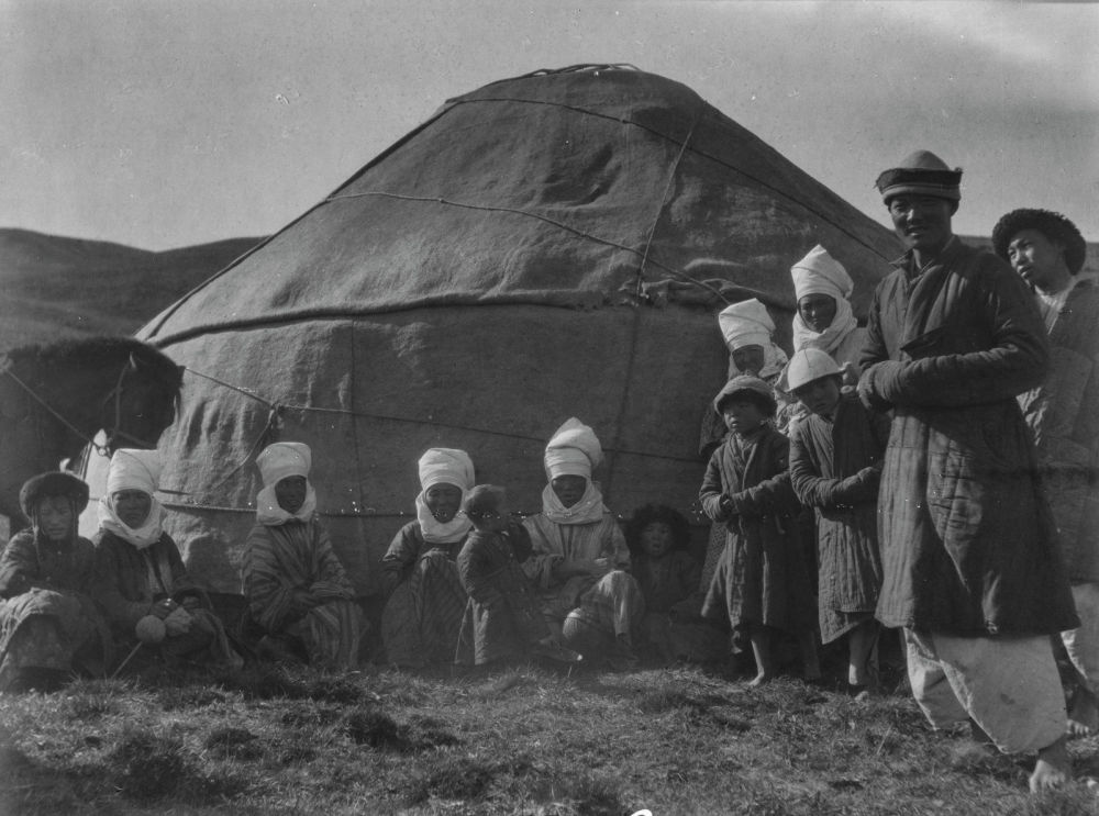 Мерцбахер кыргыздар жүн жана териден жасалган буюмдарды сатарын да жазып калтырган
