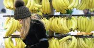 Банан сатып алып жаткан кыз. Архив