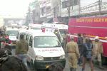 Машины скорой помощи и пожарный автомобиль на месте смертельного пожара, охватившего фабрику, где спали рабочие, в Нью-Дели. Индия 8 декабря 2019 года