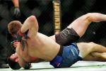 Бойцы UFC Брайс Митчелл сражается с Мэттом Сэйлсом во время UFC Fight Night на Capital One Arena в Вашингтоне, округ Колумбия. США, 7 декабря 2019 года