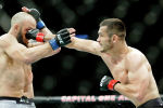 Бойцы UFC Махмуд Мурадов сражается с Тревором Смитом во время UFC Fight Night на Capital One Arena