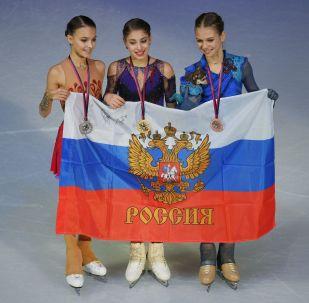 Призеры женского одиночного катания финала Гран-При по фигурному катанию в Турине (слева направо): Анна Щербакова (Россия) - серебряная медаль, Алена Косторная (Россия) - золотая медаль, Александра Трусова (Россия) - бронзовая медаль.