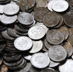 Пятирублевые монеты на линии штамповки на Московском монетном дворе.