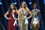 Мисс Мексика София Арагон, мисс Пуэрто-Рико Мэдисон Андерсон и Мисс Вселенная 2019 года, Южная Африка Зозибини Тунци, на сцене на конкурсе Мисс Вселенная 2019 года в Tyler Perry Studios в Атланте, штат Джорджия. 8 декабря 2019 года