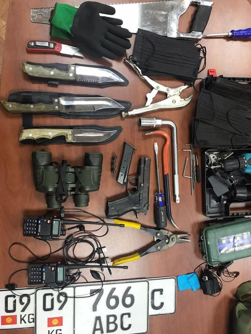 Вещи найденные в автомобиле подозреваемого: пистолет марки Форт 12рм, четыре патрона, ножи, две рации, бинокль, автомобильный номер, три пары строительных перчаток, аккумуляторный шуруповерт и много инструментов.