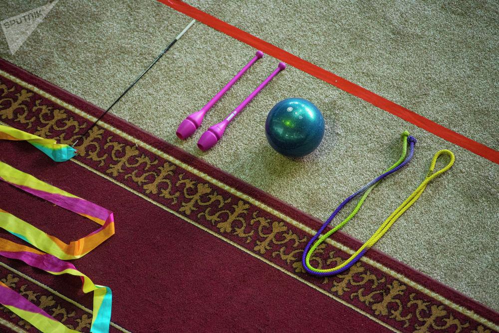 Спортчулар секирме, алкак, топ, тасма менен жана буюмсуз көнүгүүлөрдү жасашты