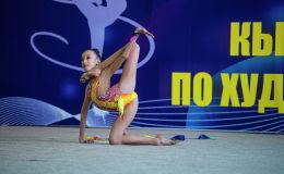 Участница чемпионата Кыргызстана по художественной гимнастике во время выступления во Дворце спорта имени Каба уулу Кожомкула в Бишкеке