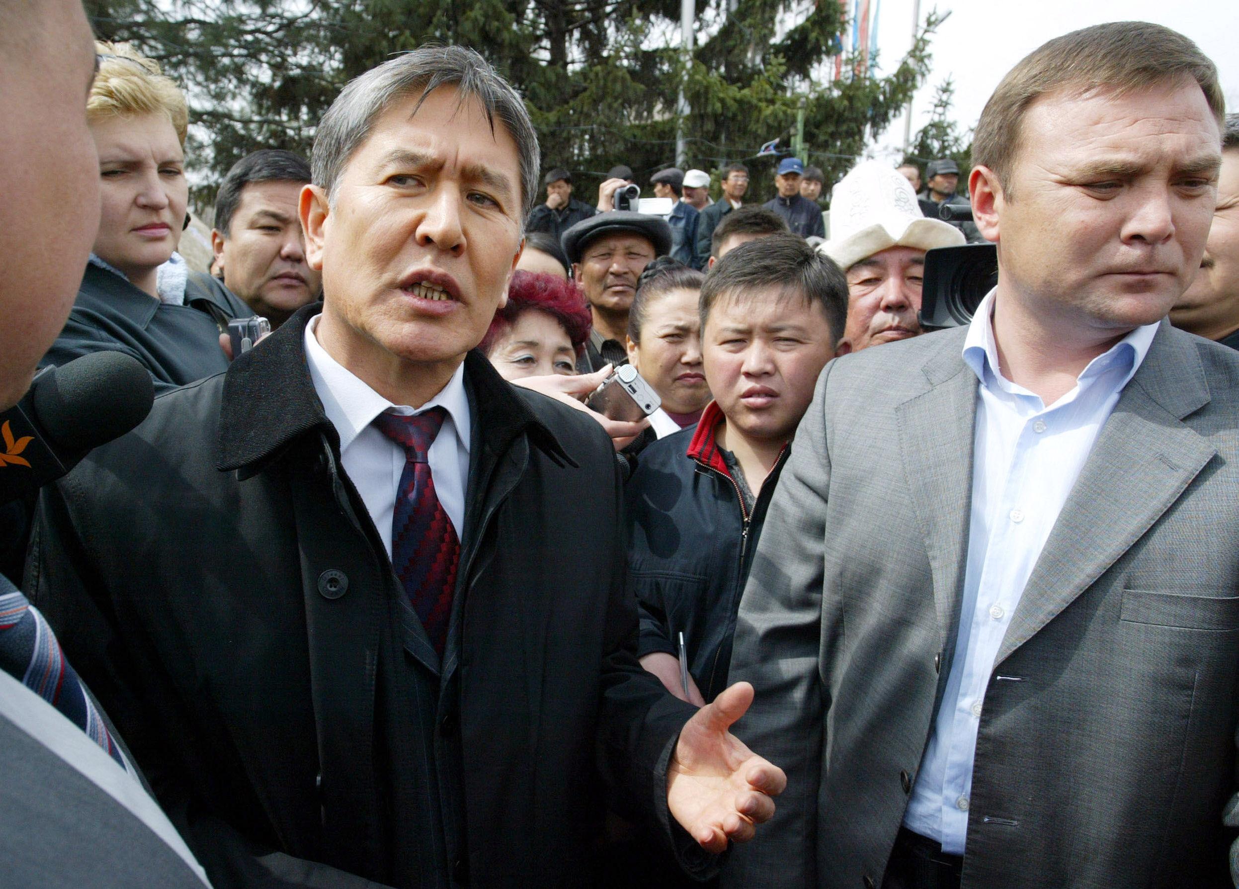 Премьер-министр Кыргызстана Алмазбек Атамбаев беседует со сторонниками оппозиции перед зданием парламента в центре Бишкека во время голодовки, требующей отставки президента Курманбека Бакиева. , 6 апреля 2007 года