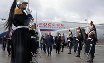9 декабря 2019. Президент РФ Владимир Путин во время церемонии встречи в аэропорту Шарль де Голль в Париже.