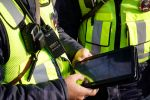 Патрулдук милиция кызматкерлери планшеттер менен. Архивдик сүрөт
