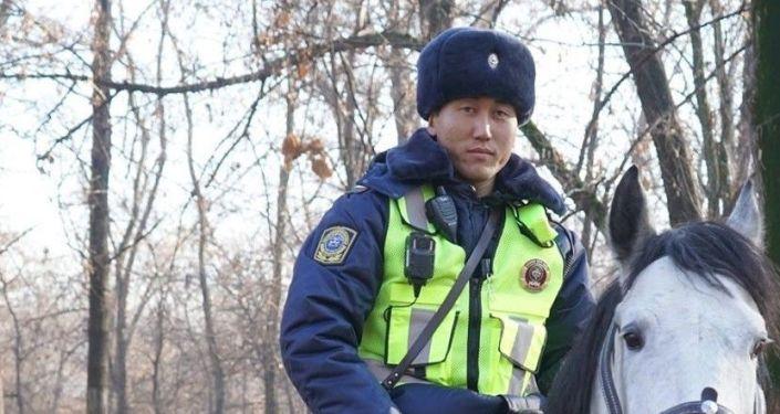 Сотрудники УПСМ Бишкека получили электронные планшеты с базой данных лиц, находящихся в розыске, и информацией о нарушениях