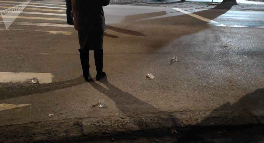 В Бишкеке на пересечении улиц Некрасова и Гагарина очевидцы услышали выстрелы, на месте есть четыре поврежденные машины